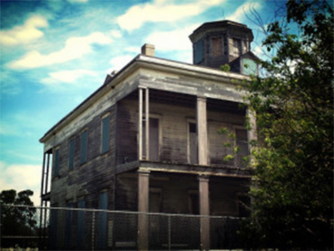 3 Photos of this abandoned plantation | Beautifully decrepit