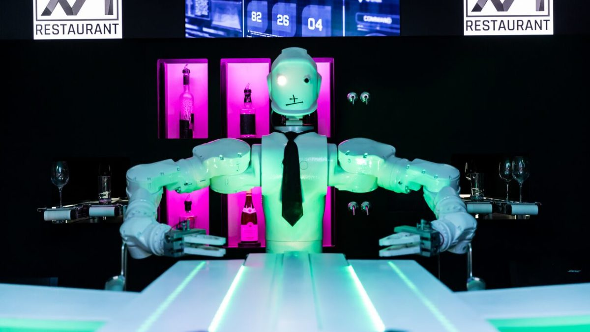 Restaurant Le 16 16 presents R1B1 the Interactive Robot Barman